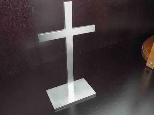 真鍮製つや消し銀メッキ台付き十字架